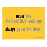 Nunca muerda la mano… postal