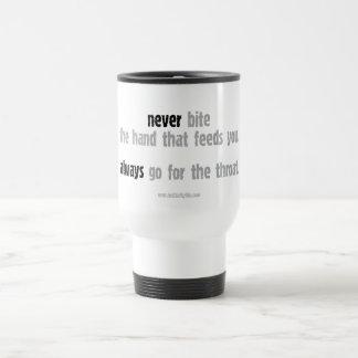 Nunca muerda la mano… taza de viaje