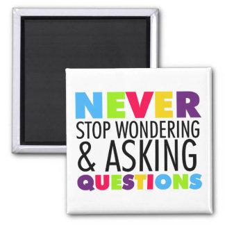 Nunca pare el preguntarse y el hacer de preguntas imán cuadrado