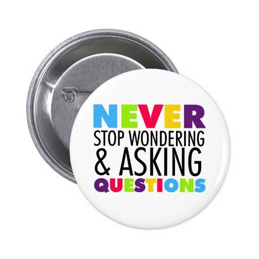 Nunca pare el preguntarse y el hacer de preguntas pin redondo 5 cm