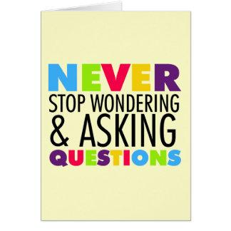 Nunca pare el preguntarse y el hacer de preguntas tarjeta pequeña