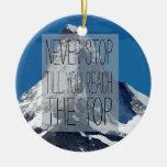 Nunca pare hasta que usted alcanza la montaña adorno navideño redondo de cerámica