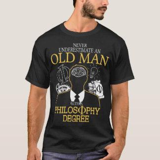 Nunca subestime a un viejo hombre con la filosofía playera