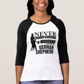 Nunca subestime a una mujer con un pastor alemán remeras