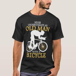 Nunca subestime al viejo hombre de la bicicleta playera