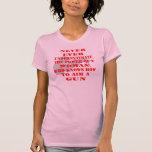 Nunca subestime el poder de una mujer camiseta