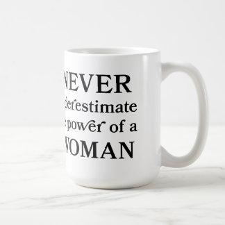 Nunca subestime el poder de una taza de la mujer