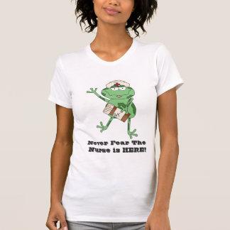 ¡Nunca tema que la enfermera esté AQUÍ! camiseta