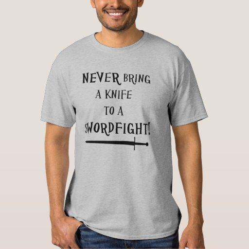 ¡Nunca traiga un cuchillo a un swordfight! Playera