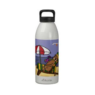 Nutria de mar divertida en la playa botellas de agua reutilizables