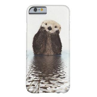 Nutria sonriente adorable en el lago funda para iPhone 6 barely there
