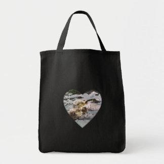 Nutrias de mar que llevan a cabo las manos bolsa tela para la compra