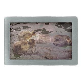 Nutrias de mar que llevan a cabo las manos hebilla de cinturón rectangular
