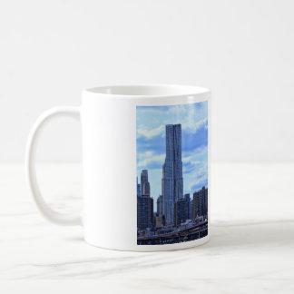 NY por el St de Gehry/8 piceas del East River A1 Taza De Café