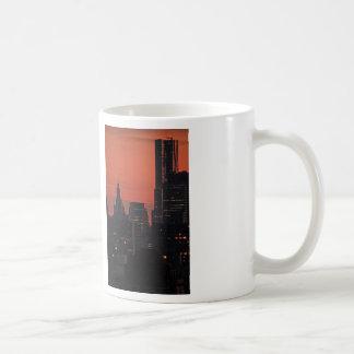 NY por Gehry, edificio municipal en el crepúsculo Taza De Café