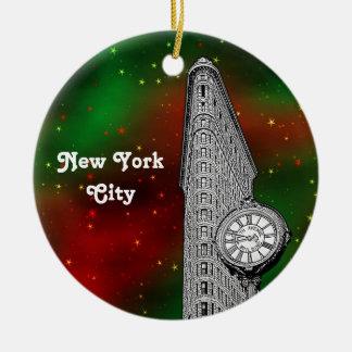 NYC Flatiron que construye Navidad estrellada roja Adorno Redondo De Cerámica
