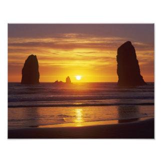 O, costa de Oregon, playa del cañón, seastacks en Cojinete