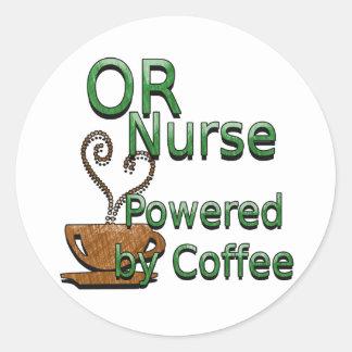 O enfermera accionada por el café pegatina redonda