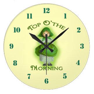 O superior el reloj de pared irlandés de la muchac