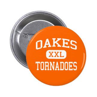 Oakes - tornados - alto - Oakes Dakota del Norte Pin Redondo De 2 Pulgadas