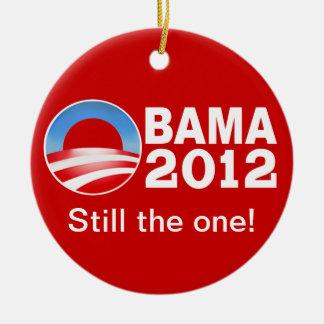 Obama 2012 - ¡Todavía el! Ornamento patriótico Adorno Navideño Redondo De Cerámica