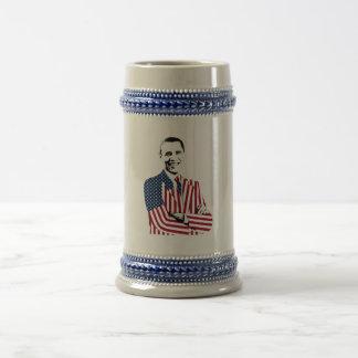 Obama con una chaqueta de la bandera americana jarra de cerveza