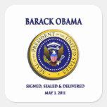 Obama consiguió Osama firmado sellado y entregado Pegatina Cuadrada