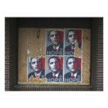 Obama firma adentro una ventana subida de un cerra fotografías