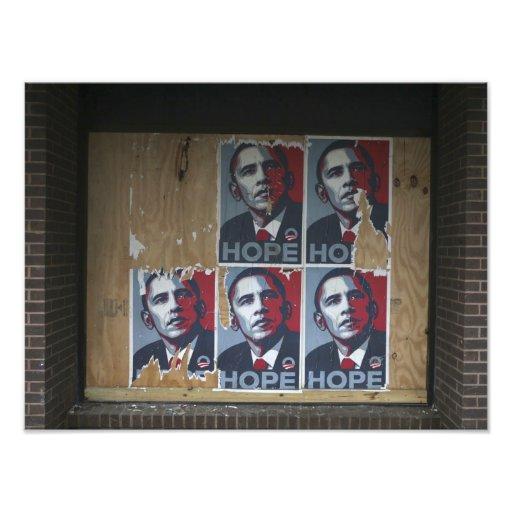 Obama firma adentro una ventana subida de un cerra fotos