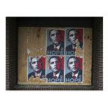 Obama firma adentro una ventana subida de un postal