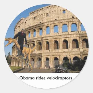 Obama monta los velociraptors. pegatina redonda