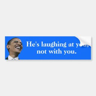 Obama que se ríe de usted, no con usted pegatina para auto