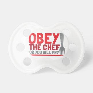 Obedezca al cocinero o usted freirá chupetes de bebe