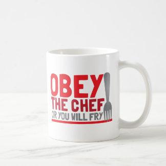 Obedezca al cocinero o usted freirá taza básica blanca