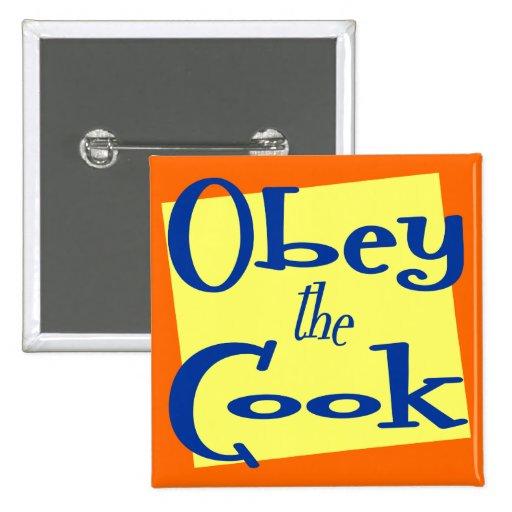 Obedezca la cocina del cocinero que dice el botón pins