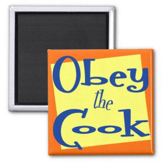 Obedezca la cocina divertida del cocinero que dice imán cuadrado
