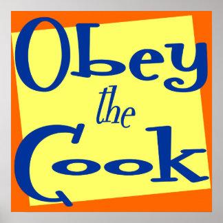 Obedezca la cocina divertida del cocinero que dice póster