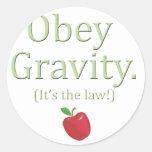 ¡obedezca la gravedad que es la ley! pegatinas redondas