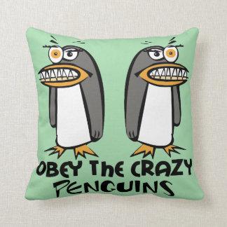 Obedezca los pingüinos locos (el verde) cojín decorativo