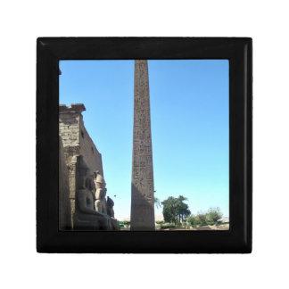 Obelisco en Luxor Temple contra el cielo azul Cajas De Joyas