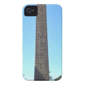 Obelisco en Luxor Temple contra el cielo azul iPhone 4 Coberturas