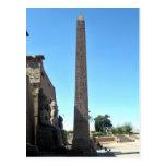 Obelisco en Luxor Temple contra el cielo azul Postales