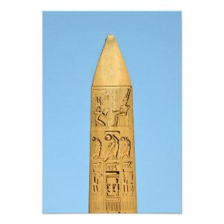 Obelisco rojo del granito en Luxor Temple, Egipto Fotografía