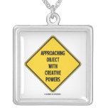 Objeto inminente con los poderes creativos (muestr collar