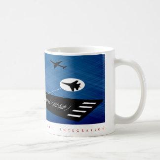 Objetos del vuelo del gancho agarrador con la taza