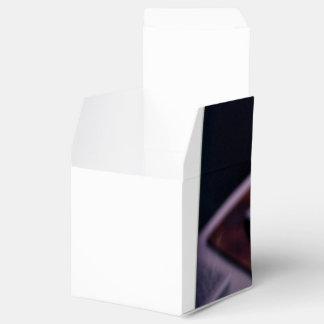 Objetos temáticos, escritorio con el monitor de caja para regalo de boda