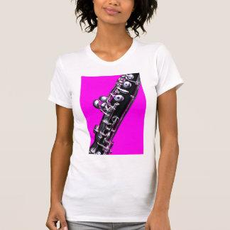 Oboe con la camisa rosada del fondo