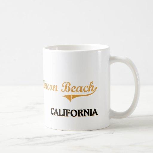 Obra clásica de California de la playa de Rincon Taza Básica Blanca