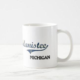 Obra clásica de la ciudad de Manistee Michigan Taza De Café