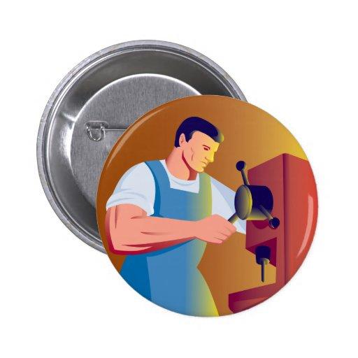 obrero comercial que trabaja con la prensa de tala pin redondo 5 cm